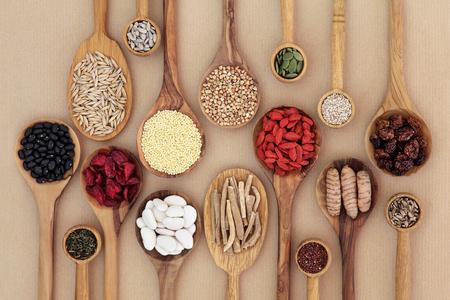 Secado super selección de alimentos saludables en cucharas de madera sobre fondo de papel natural. Alto contenido de antioxidantes, minerales, vitaminas y fibra dietética. Foto de archivo