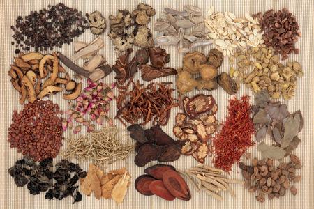 竹背景に伝統的な漢方薬の選択。
