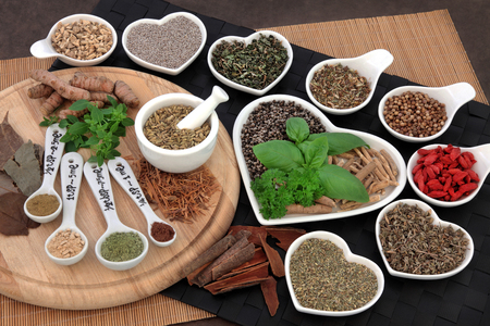 salud sexual: Hierbas y especias utilizadas en la medicina natural alternativa natural para los hombres. enfoque selectivo. Foto de archivo