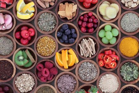 comida: Saúde e super alimento para impulsionar o sistema imunológico em tigelas de madeira, ricos em antioxidantes, antocianinas, minerais e vitaminas. Também é bom para o remédio frio e gripe.