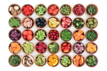 Altsteinzeit Super Gesundheit Lebensmittel von Obst und Gemüse in den hölzernen Schüsseln über weißem Holz Hintergrund. Reich an Vitaminen, Antioxidantien, Mineralien und Anthocyane. Standard-Bild - 58544660