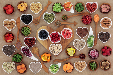 Healthy super food  selection in wooden and porcelain china bowls and spoons. High in antioxidants, vitamins, minerals and anthocyanins. Stockfoto