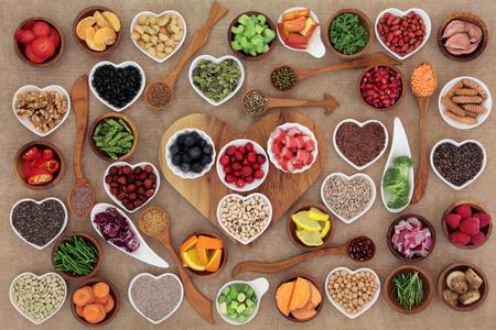 Selezione di cibo sano eccellente in ciotole e cucchiai di porcellana di legno e porcellana. Ad alto contenuto di antiossidanti, vitamine, minerali e antociani. Archivio Fotografico - 58544580