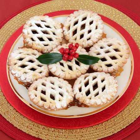 carne picada: Navidad enrejada pasteles pastel de carne con acebo y bayas. Foto de archivo