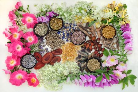 membrillo: La selección natural medicina alternativa de hierbas y flores en cuencos de madera en el fondo de papel de cáñamo. fondo.