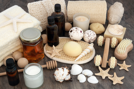 aseo: spa natural y aromaterapia cuidado de la piel productos de belleza con accesorios de baño exfoliantes, aceites, esponjas, bombas de baño, jabones y crema hidratante.