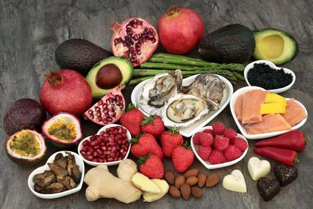 Gran selección de alimentos afrodisíacos para una buena salud sexual sobre fondo de mármol. Foto de archivo