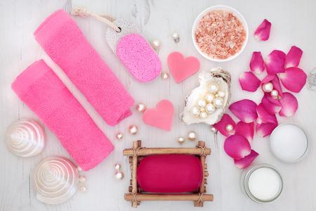 Tratamiento de belleza skincare spa de pétalos de rosa con sal del Himalaya, jabón, franelas, crema hidratante, piedra pómez con conchas de nácar y perlas. Foto de archivo