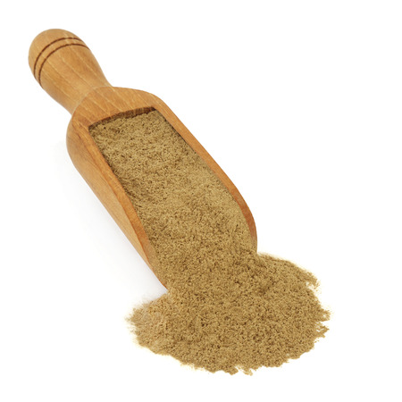 Fo ti tieng powder herb in a wooden scoop over white background. Used in chinese herbal medicine as an aphrodisiac, has anti ageing rejuvenating properties and reverses gray hair. Pflanze. Polygonum multiflorum.