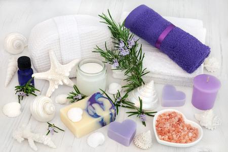 Flores de hierba de romero con aromaterapia, spa y accesorios de baño, incluyendo crema hidratante, esencia, sal himalaya, jabón, franelas y conchas decorativas y perlas.