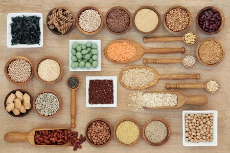 Concepto macrobiótico secado de la comida sana de la dieta con las legumbres, las algas, el grano, el cereal, las tuercas, las semillas y las pastas del trigo integral. Alta en carbohidratos inteligentes, proteínas, antioxidantes y fibra, vista superior. Foto de archivo