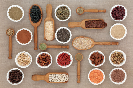 Dieta seca de alimentos saludables con polvos de suplementos nutricionales, que incluyen hierbas utilizadas como supresores del apetito, legumbres, café, semillas y nueces Alto contenido en omega 3, antioxidantes y fibra.