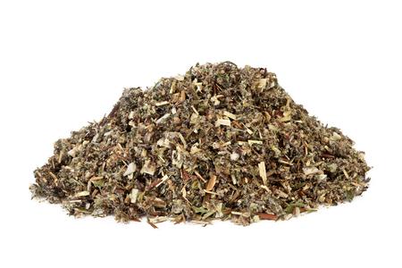 Bijvoetkruidkruid dat in alternatieve en Chinese kruidengeneeskunde wordt gebruikt om maagsappen en galafscheiding te bevorderen, als levertonicum en kalmerend middel op witte achtergrond. Artemesia vulgaris.