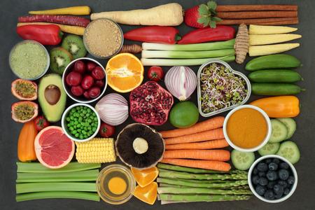 Zdrowa żywność dla koncepcji czystego jedzenia ze świeżych owoców, warzyw, nabiału, proszków uzupełniających, ziół i przypraw. Bogaty w przeciwutleniacze, antocyjany, witaminy i błonnik pokarmowy. Leżał płasko.