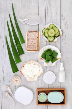 Aloe vera skincare including plant stems, cucumber, honey, yoghurt, moisturiser, facial cream and exfoliating salt scrub. Health concept beneficial for sunburn, psoriasis, eczema and acne. 스톡 콘텐츠