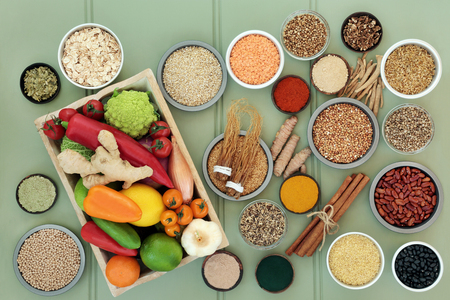 新鮮な果物、野菜、豆類、サプリメント粉末、穀物、種子、ハーブ&ハーブ&ハーブ、漢方薬で使用されるスパイスと肝デトックスの概念のための健康食品。オメガ3、抗酸化物質、ビタミン、繊維が多い。