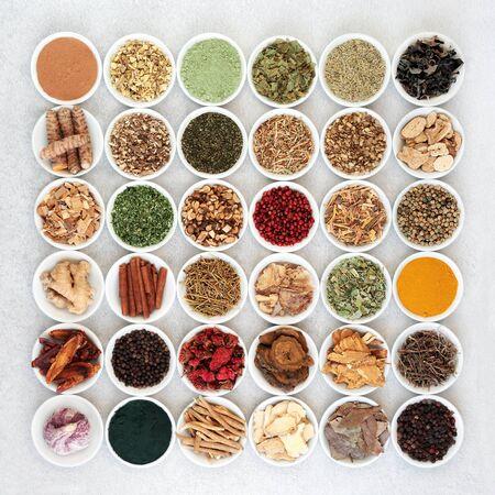 Grote selectie superfoods voor een goede gezondheid, waaronder kruiden en specerijen die worden gebruikt in natuurlijke en Chinese kruidengeneeskunde met voedingssupplementpoeders, rijk aan antioxidanten, vitamines, eiwitten, vezels en mineralen. Plat leggen.