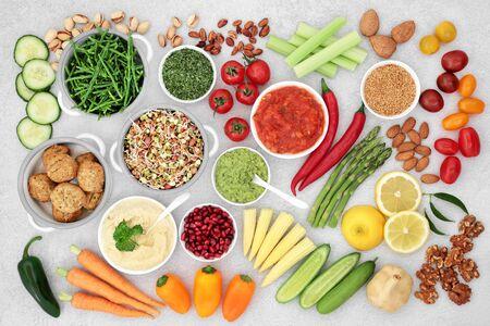 Alimentos saludables para una dieta vegana con sustituto de albóndigas de falafel, frutas, verduras, semillas, nueces y salsas. Alto contenido de vitaminas, minerales, antioxidantes, antocianinas, proteínas, fibra, omega 3 y carbohidratos inteligentes. Endecha plana.