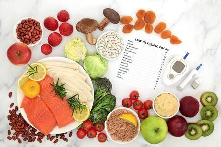 Laag glycemisch voedsel voor diabetici met bloedsuikertestapparatuur en prikpen. Gezonde voedingsmiddelen onder de 55 op de GI-index, rijk aan vitamines, mineralen, anthocyanen, antioxidanten, slimme koolhydraten en omega 3-vetzuren.