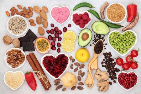Cibo sano per il cuore per la vitalità con frutta, verdura, noci, salse, spezie ed erbe aromatiche, ricco di fibre, antiossidanti, vitamine, omega 3 e proteine. Supporto per il sistema cardiovascolare con IG basso. Lay piatto