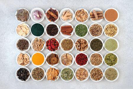 栄養補助食品パウダーやハーブや天然漢方薬に使用されるスパイスなどの磁器ボウルの健康、フィットネス、活力のためのスーパーフードコレクション。フラットレイ。
