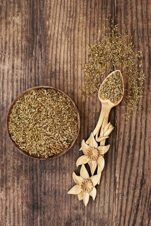 Freekeh grain health food in a bowl and daffodil lovespoon. Highly nutritious high in fibre, protein & treats IBS & digestive issues, with low gi for diabetics. Flat lay. Banque d'images