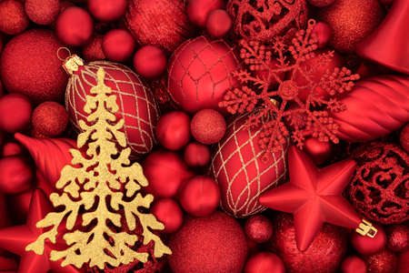 Gold sparkling Christmas tree & red bauble background. Abstract composition for the xmas festive season. Flat lay, top view. Zdjęcie Seryjne