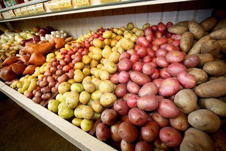 농산물 대에서 신선한 감자의 다양성 스톡 콘텐츠