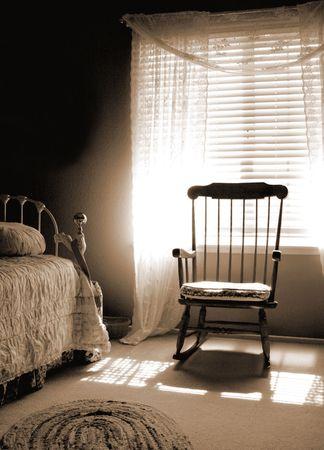 arredamento classico: Camera luminosa finestra di seppia toni vecchio stile vintage style bedroom con sole splendente nella finestra sulla sedia a dondolo e letto.