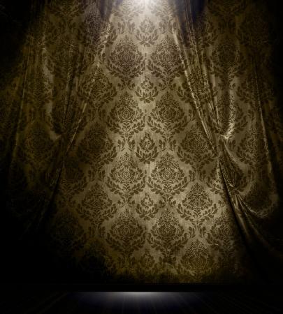 Brown damast patroon gordijn met spotlight in vintage kamer interieur. Stockfoto