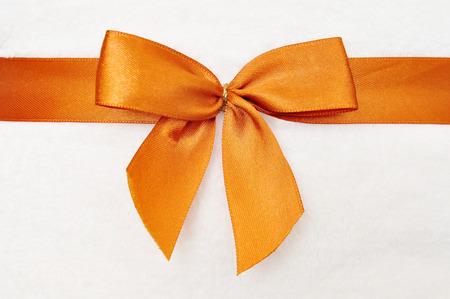 schleife: Orange Schleife mit wei�en Hintergrund