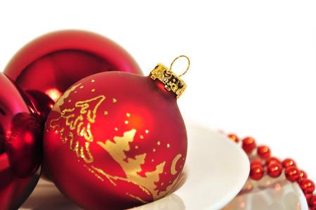 rote Weihnachtskugeln auf weißem Hintergrund Standard-Bild