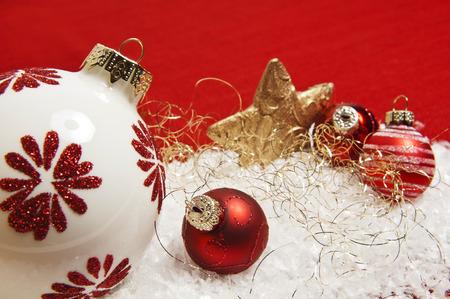 Rote Weihnachtsdekoration auf Schnee