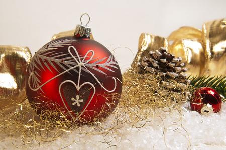 rote und goldene Weihnachtsschmuck Standard-Bild