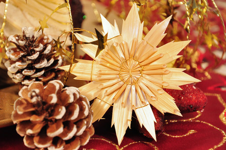 jahreswechsel: dettagli della decorazione di Natale rosso e dorato
