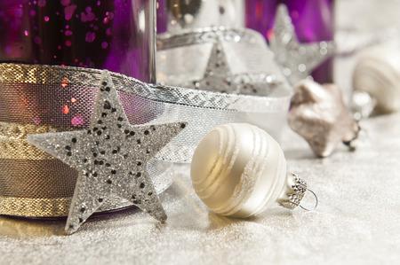 lila und silber Sturmlampen mit Weihnachtskugeln