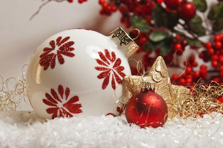 jahreswechsel: decorazione di Natale rosso sulla neve Archivio Fotografico