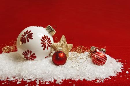 Rode Kerst versiering op sneeuw