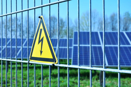 Energia solare, energia elettrica verde, campo solare Archivio Fotografico - 32489102