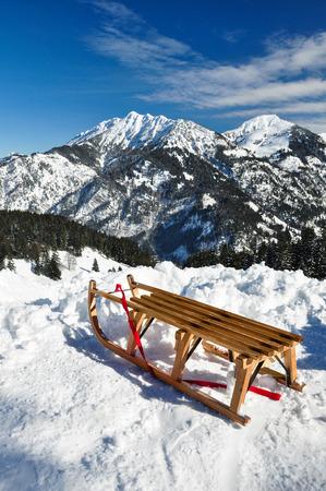 Weiße Winterland, Holzschlitten Standard-Bild - 32943093