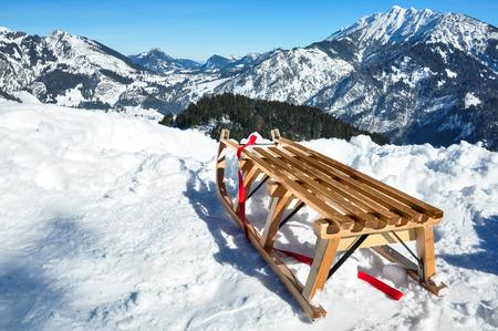 witte winter land, houten slee