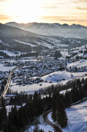 Weiße Winterland, schneebedeckten Alpen Standard-Bild - 32943105