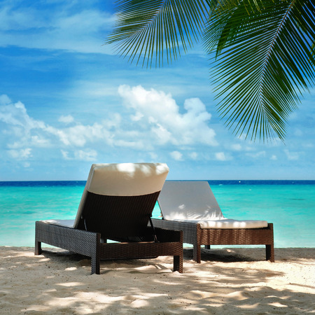 tourismus: two loungers on the beach, Maldives