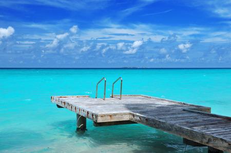 tourismus: boardwalk at the ocean, maldives