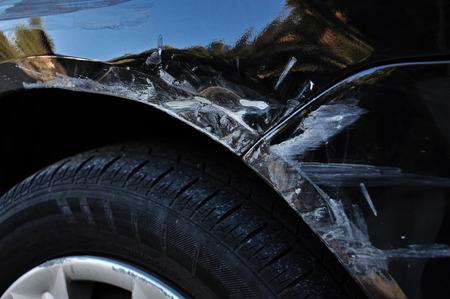 Ongeval markeringen op een zwarte auto