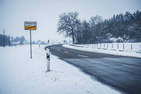 Winter road from Eisenburg to Memmingen 版權商用圖片 - 91621155