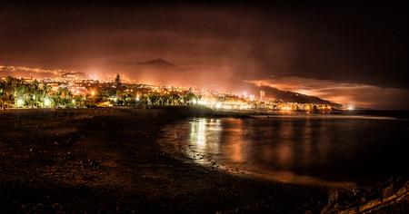 Puerto de la Cruz at night 版權商用圖片 - 93241094