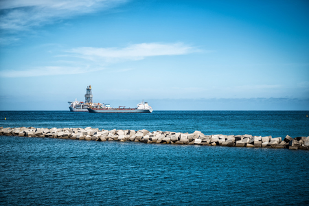 Oil rigs in front of the harbor 版權商用圖片 - 93012903