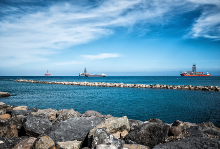 Oil rigs in front of the harbor 版權商用圖片 - 93235344