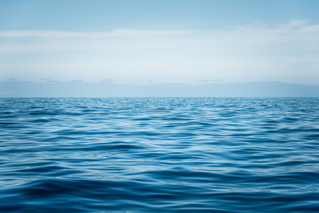 blauwe oceaan met golven in de buurt van Tenerife